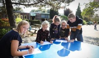 De klas uit en het schoolplein op want buiten leer je beter, weten ze bij de Sint Nicolaasschool in Nibbixwoud