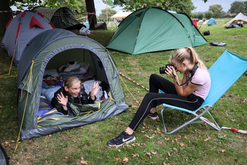 Kirsten en Myrthe vermaken zich wel op de camping.