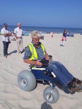 In een elektrische rolstoel over het strand van Callantsoog, dat gaat lekker