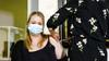 GGZ-medewerkster krijgt eerste Janssen-prik onder toeziend oog van minister Hugo de Jonge