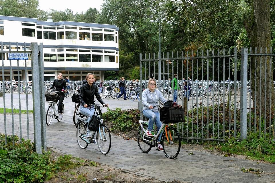 Leerlingen fietsen weg bij Lyceum aan Zee.