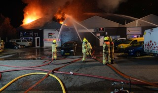 Grote brand in Stevinstraat in Heerhugowaard: autoschadebedrijf en caravanstalling verwoest [video]