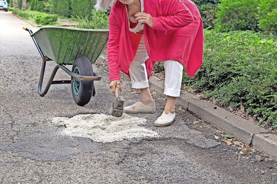 Loes Rodenrijs dichtte de gaten in het asfalt laatst zelf maar.