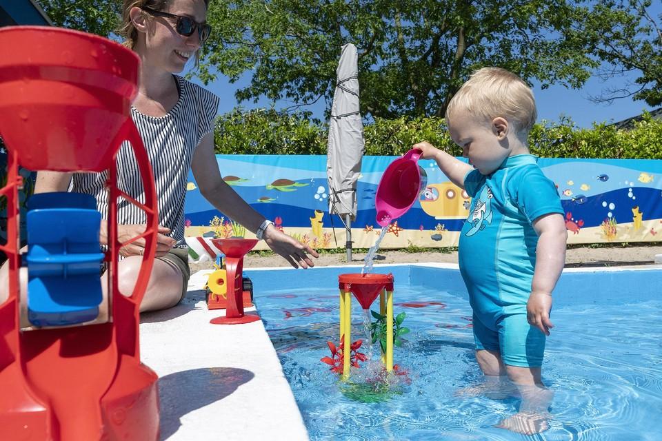 Jilles vermaakt zich kostelijk op de eerste dag dat zwembad De Bever weer open is.
