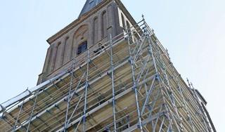 De Christoforuskerk staat al grotendeels in de steigers. Nog even en de restauratie van de toren kan beginnen