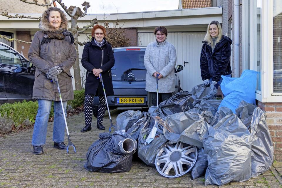 Joke Vos, Ingrid Bijl, Judith van Duijne en Marijke de Jong van Schoon Enkhuizen met de oogst van een ochtendje ruimen.