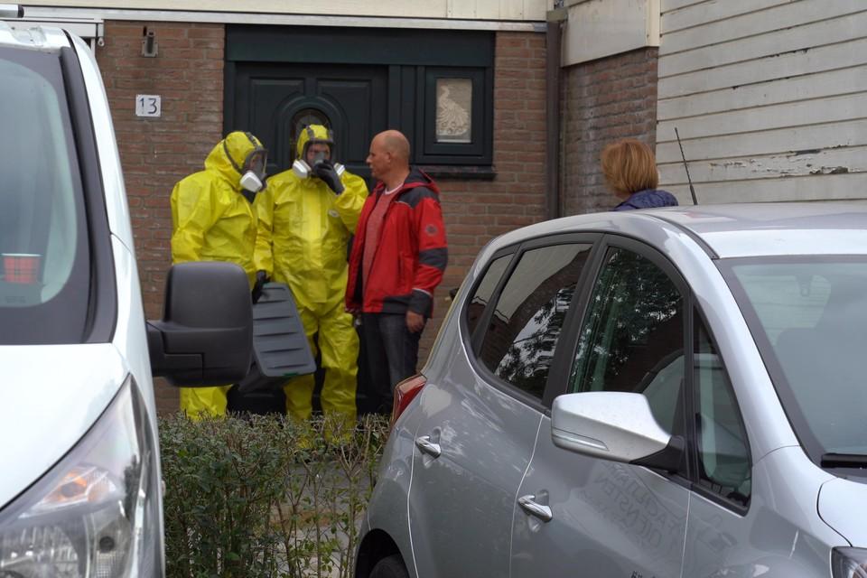 De schoonmakers verlaten het huis van de overleden Richard.
