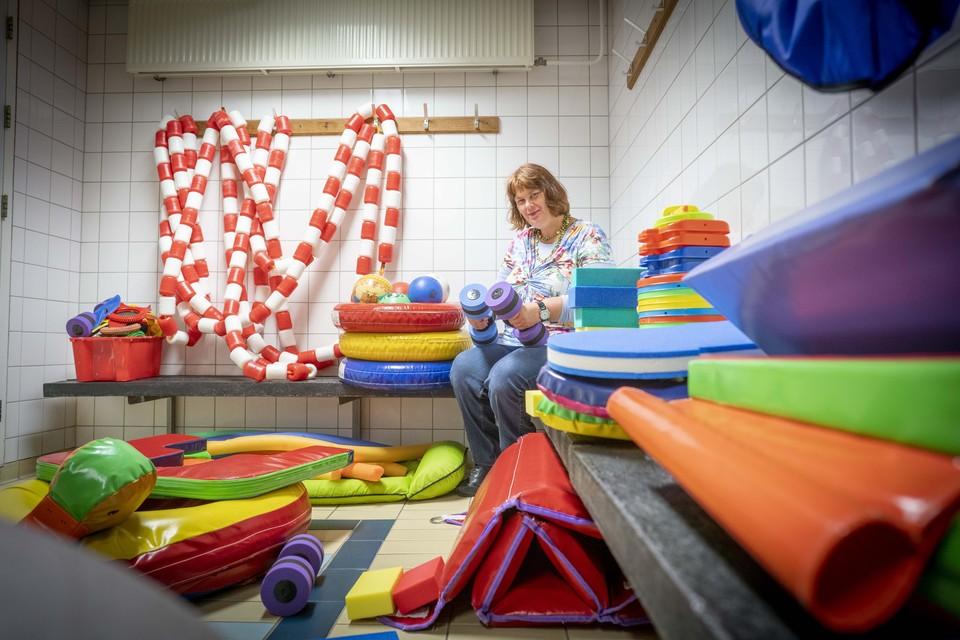 Judith op haar oude plekje in de kleedkamer van het zwembad. Nu een opslaghok voor materialen.