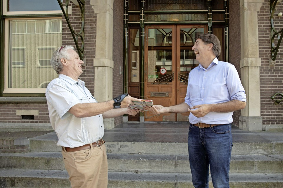 Een van de kritische vrijwilligers Gijs Kranendonk had dinsdagmiddag een gesprek met de jarige wethouder Hugo Prakke voor wie hij een cadeautje had. Prakke wilde ook eens zijn mening horen, omdat hij vijftig jaar actief was in het verenigingsleven.