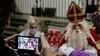 Sinterklaas gefilmd in Oosthuizen: 'Ik mis de kinderen heel erg'; goedheiligman overnacht in Grote Kerk met een verpleegster