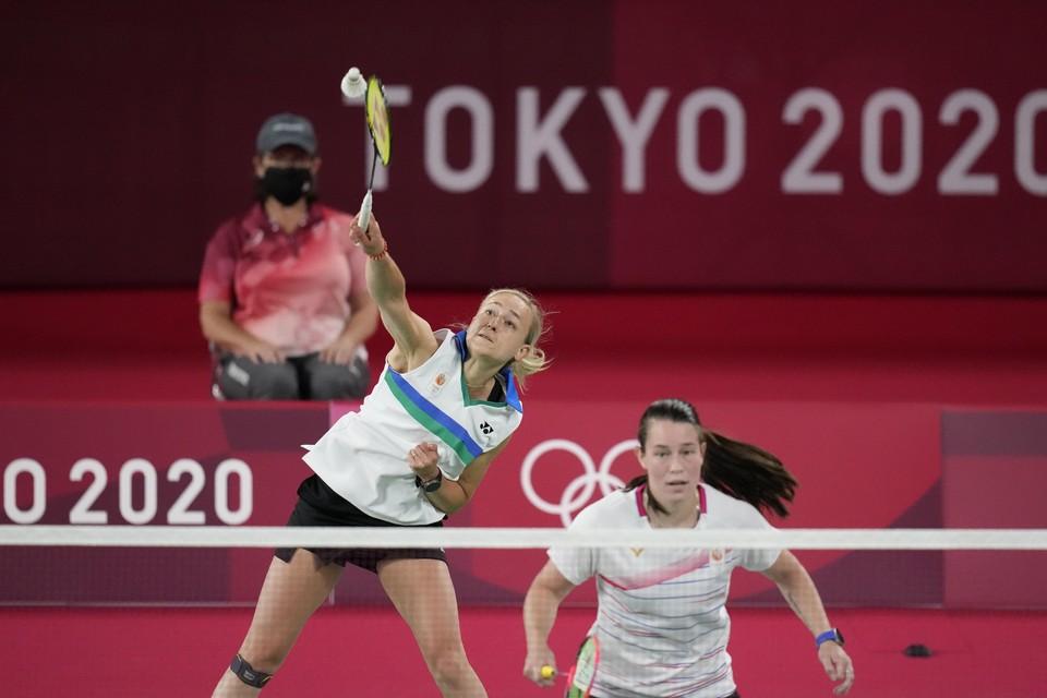 Selena Piek (links) en Cheryl Seinen tegen Rachel Honderich en Kristen Tsai van Canada op Olympische Spelen.