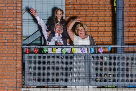 Trouwen in tijden van corona doen Astrid en Sander met een balkonscène en een drive-through; 'Een bruiloft die niemand zal vergeten'