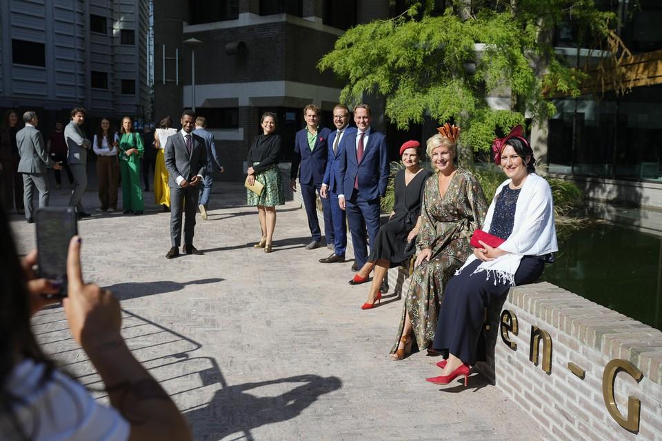 Kamerleden vertrekken naar de Grote Kerk op Prinsjesdag om het voorlezen van de Troonrede bij te wonen.