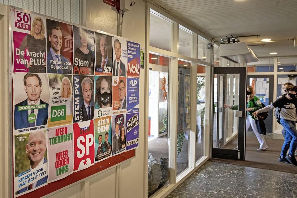Verkiezingsposters in de hal van het Schoter