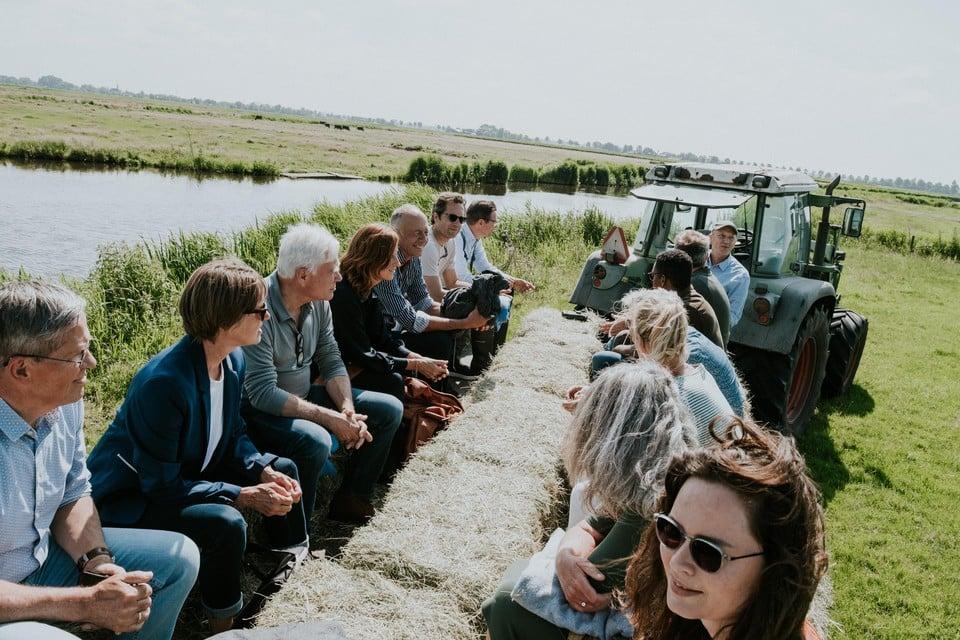 Gezeten op strobalen op een boerenkar door Laag Holland bij Ilpendam.