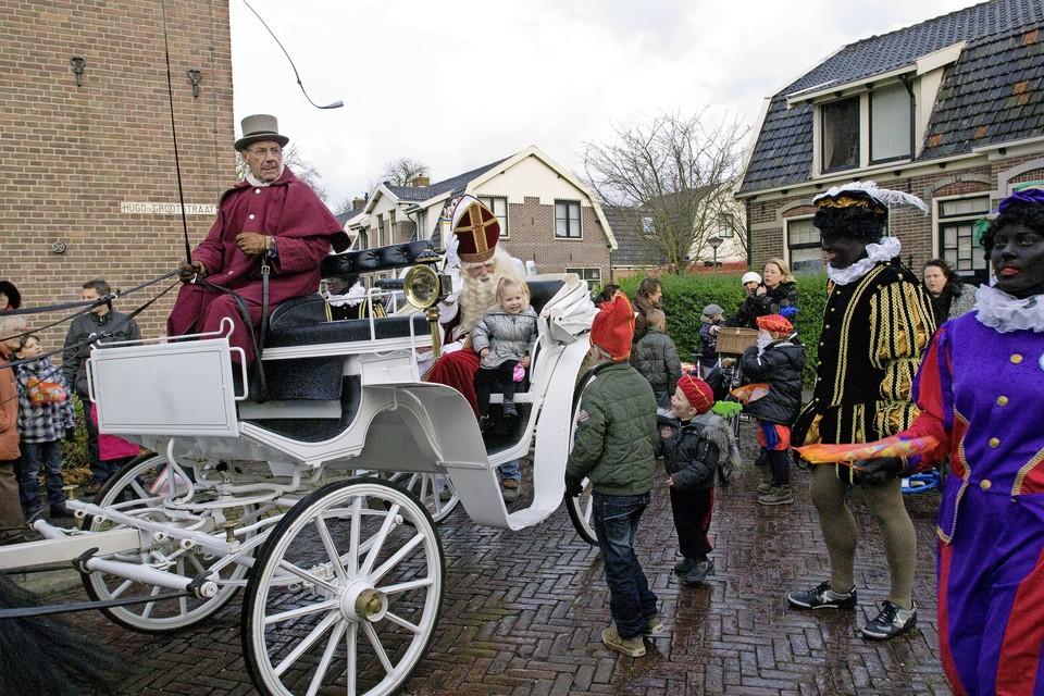 Sinterklaas maakt rondrit door Middenbeemster.