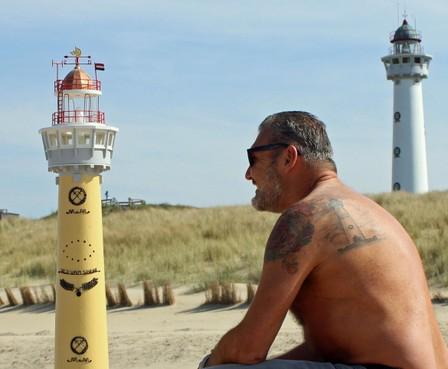Een, twee, drie keer de Van Speijk. Heilooër Rong Zwemmer heeft de vuurtoren van Egmond op zijn rug laten tatoeëren als eerbetoon aan zijn vader die de Van Speijk heeft nagebouwd