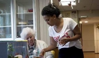 Negen statushouders in Haarlem halen zorgdiploma en zijn aan de slag in de ouderenzorg [video]