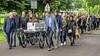 Omgekomen Volendamse Karina Bont begeleid door honderden mensen naar haar laatste rustplaats: 'Indrukwekkend is het juiste woord'
