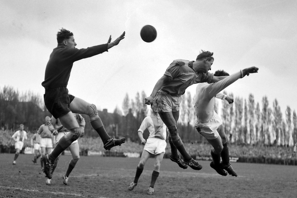Jaap Keijzer onderschept een hoge bal tegen De Volewijckers in 1961.