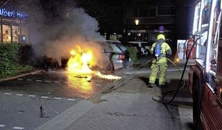 Porsche volledig uitgebrand op parkeerplaats bij De Hoef in Alkmaar; brandweer heeft grote moeite met bestrijden van vuur [video]