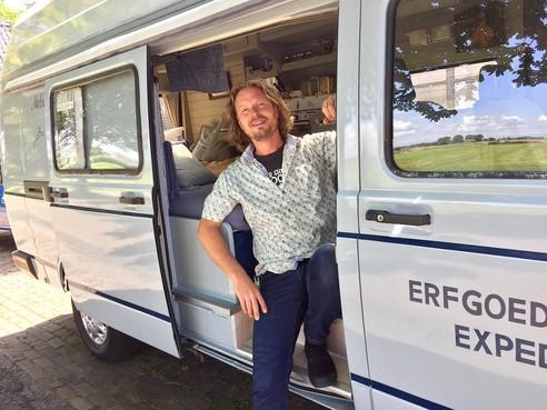 Onderweg: Egmonder Bas van Nieuwburg legt op zijn doeken de schoonheid van het Nederlandse polderland vast. Zijn missie: opkomen voor het landschappelijke erfgoed