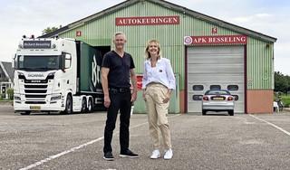 Laatste APK-gekeurde auto bij Besseling in Hem is van eigenaresse Linda: 'Hier zijn meer dan honderdduizend auto's gekeurd'