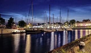 Lichtgevende nachtwolken spectaculair verschijnsel boven de haven. Fenomeen rond langste dag baart opzien