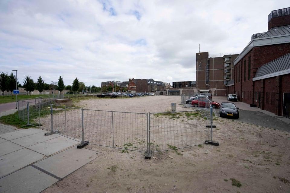 Het toekomstige bouwterrein achter foodstation Halte Bellevue, gezien vanaf het Bernhardplein. Zeestad weert met hekken het parkeren van auto's.