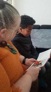Kinderen laten begrijpen wat ze lezen: 'Viel de kabouter op zijn bips? Waar zit je bips dan?'