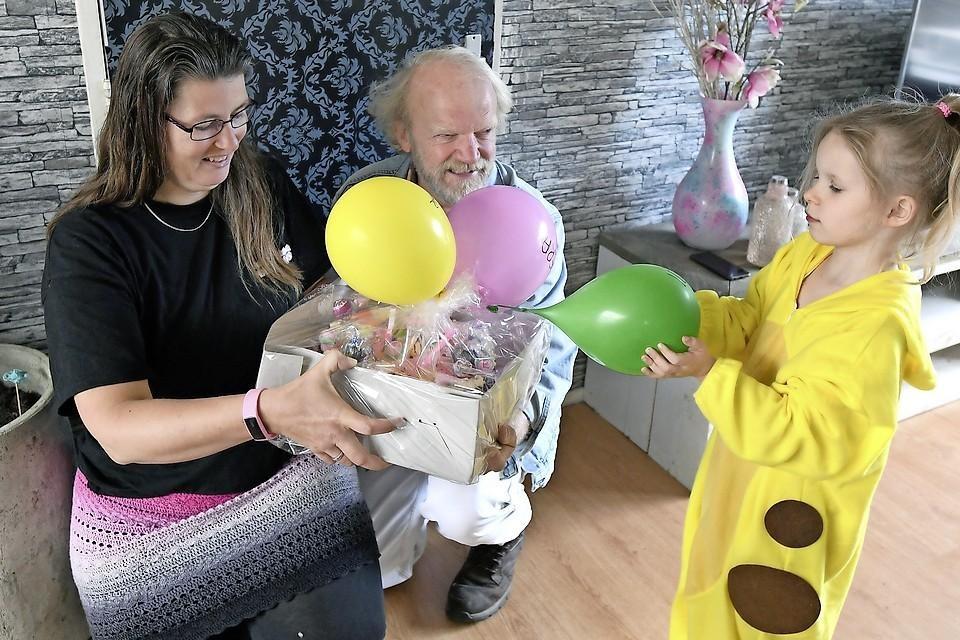Saskia Haller van Stichting Taart voor Kids en Raymund Tromp van de Voedselbank feliciteren Yara.