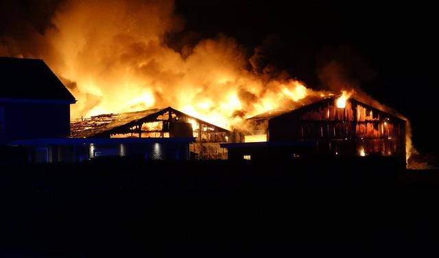 Grote brand bij agrarisch bedrijf in Hem [video]