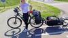 Geslaagde fietsmissie ex-borstkankerpatiënte Evelien van der Werff voor inloophuizen. 'Met Emile Roemer staan headbangen op AC/DC' [video]