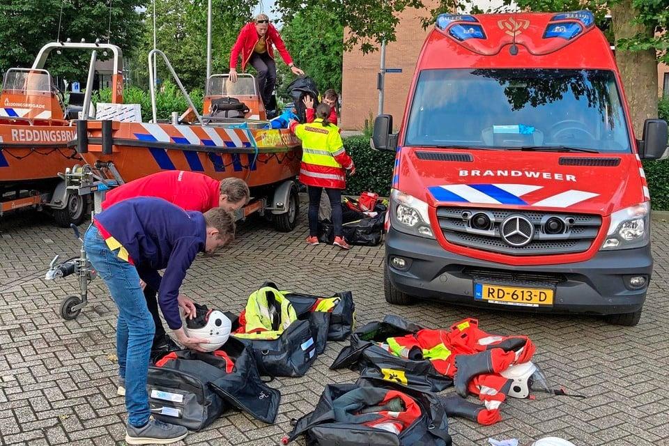 De reddingsbrigade zoekt de spullen uit van de hulpactie in het zuiden van het land.