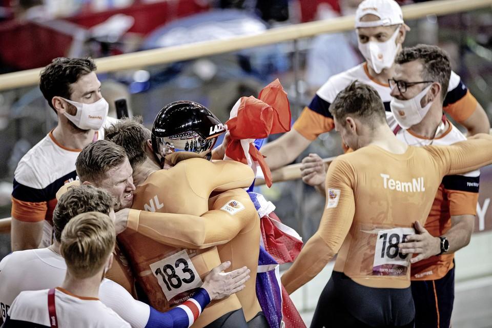 Roy van den Berg, Jeffrey Hoogland, Harrie Lavreysen en Matthijs Buchli tijdens de finale het baanwielrennen in het Izu Velodrome op de Olympische Spelen in Tokio.