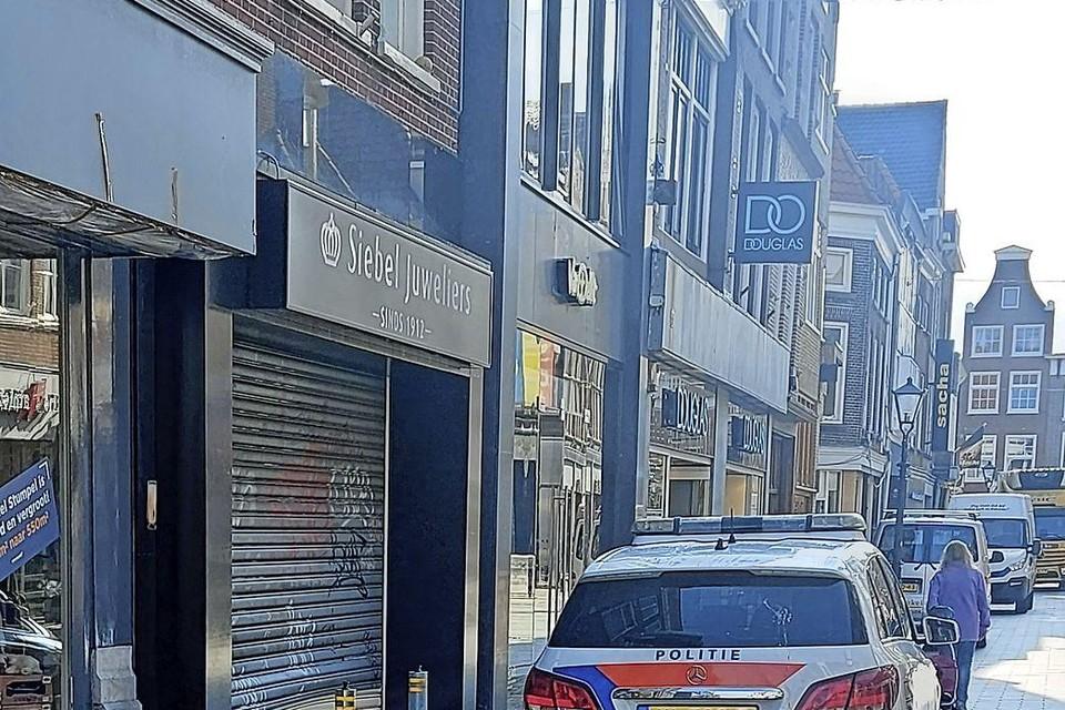 De Amsterdammers probeerden het rolluik omhoog te krikken. Het luik raakte beschadigd, maar het lukte de dieven niet om binnen te komen.