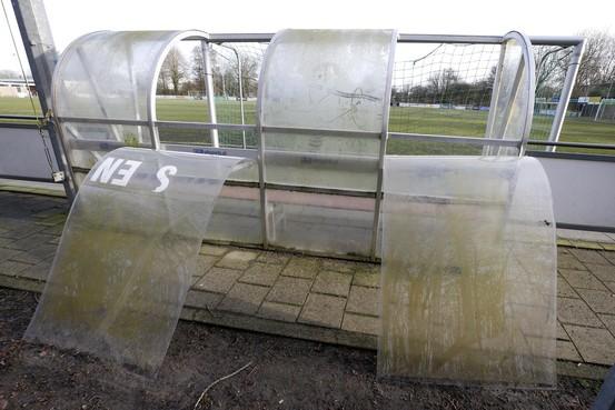 Weer vernielingen bij Schager sportclubs. 'Het ene raam is nog niet vervangen of het volgende wordt alweer vernield'