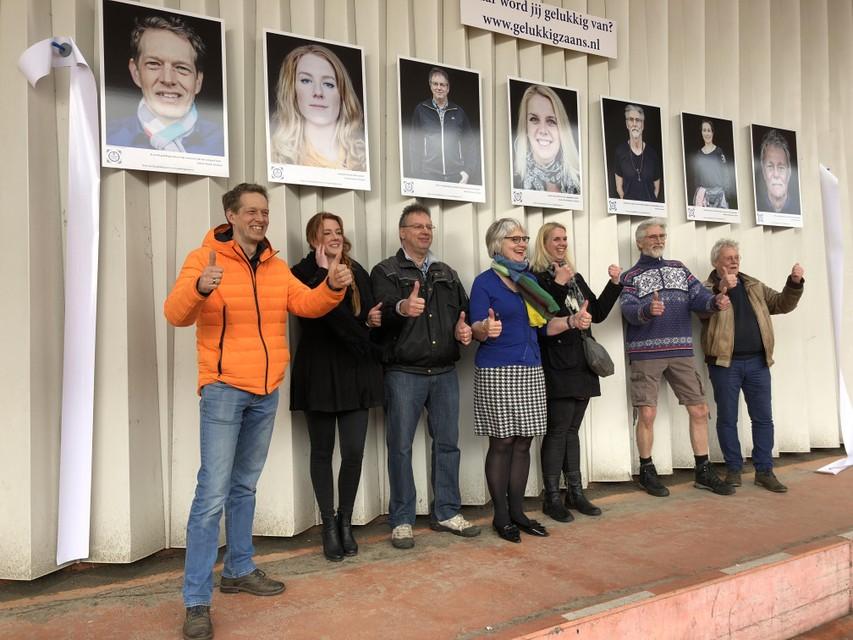 De zeven portretten aan de wand van Albert Heijn in Koog aan de Zaan. Zes geportretteerden en de wethouder staan eronder. Alleen Mokhtara Bestevaar ontbreekt wegens werkzaamheden.