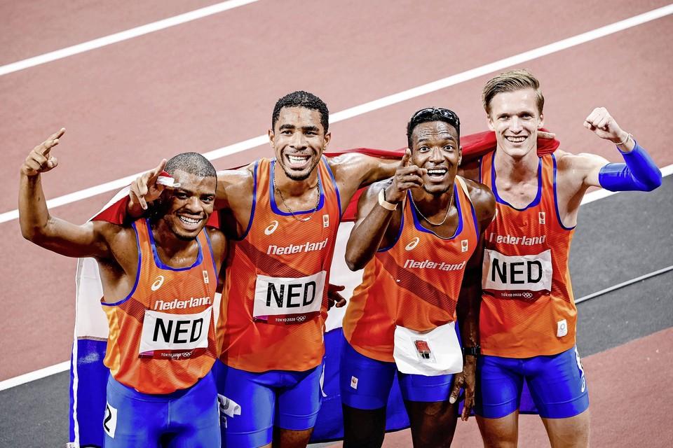 Tony van Diepen (rechts) viert feest met de andere leden van de estafetteploeg na het winnen van Olympisch zilver.