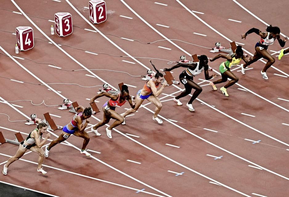 Nadine Visser (midden) tijdens de halve finale 100 meter horden in het Olympisch Stadion tijdens het atletiektoernooi van de Olympische Spelen in Tokio.
