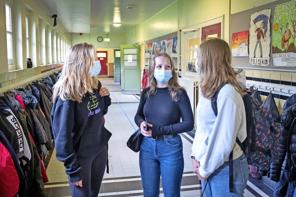 Leerlingen in de gang van het Gymnasium Felisenum. Mondkapjes blijven verplicht, anderhalve meter afstand hoeft niet meer.