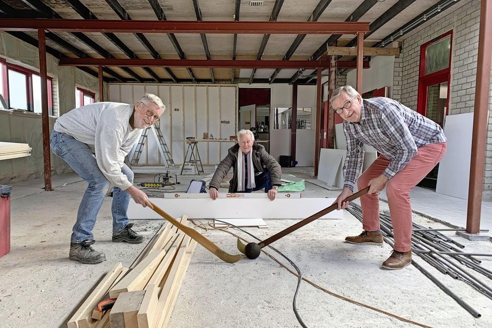 Vlnr. Herman Ligthart (secretaris HOSV), Cees de Geus en Theo Schouten, van kolfclub De Vier Eenen.