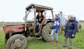 Enorme steun voor boer Bram uit Eenigenburg. 14.500 euro ingezameld, binnen een paar dagen. 'En nu gaan we door voor de tractor'