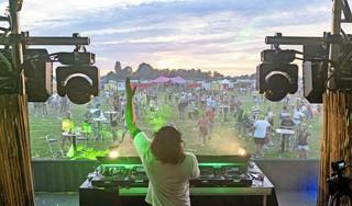 Dansen binnen anderhalve meter mag bij Finally Fiesta. Het festival in Alkmaar mag duizend bezoekers hebben [video]