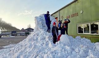 Negenjarige Teun Entes uit Warmenhuizen is gek op sneeuw en vraagt met briefjes in de hele buurt om sneeuw op het erf van zijn ouders te storten. Nou, dat kan: dan komt er een vrachtwagen vol! [video]