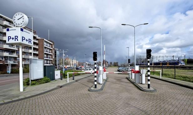 Opnieuw discussie over parkeren in centrum Beverwijk om tekort aan plaatsen te voorkomen. Mogelijke oplossingen: betalen op parkeerterrein Wijckerpoort en beperkt aantal parkeervergunningen