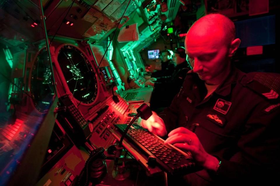 Een marineman werkt aan boord van een onderzeeboot.