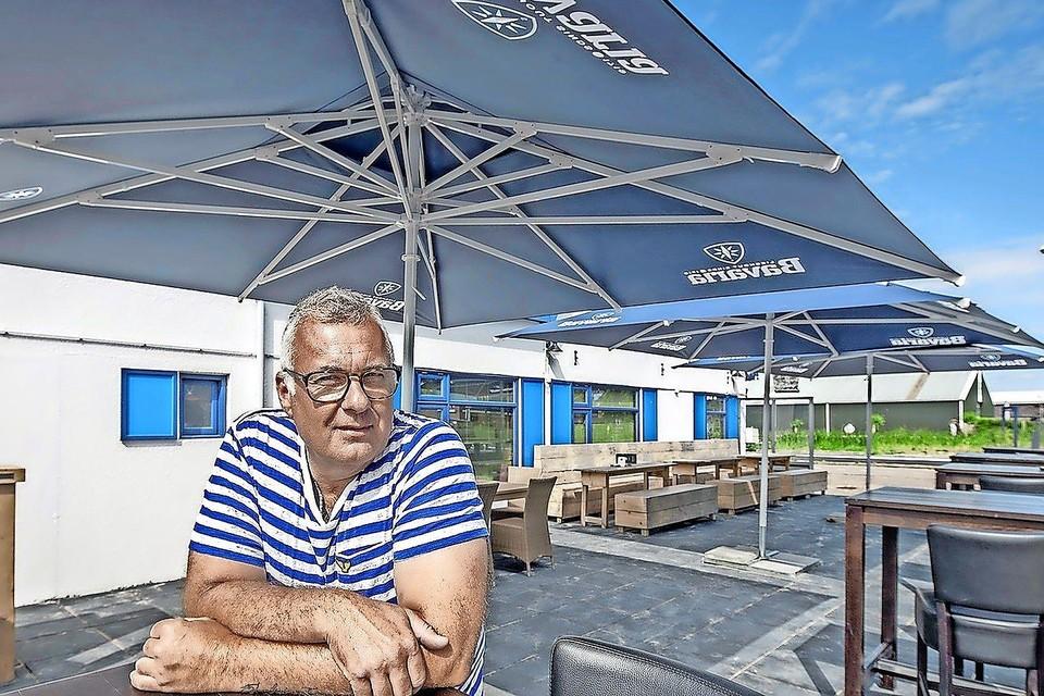 Frank Stuijts, uitbater van D'Thapperij aan de Langevliet, wacht in spanning af wat het demissionaire kabinet maandag beslist over de afstand van anderhalve meter.