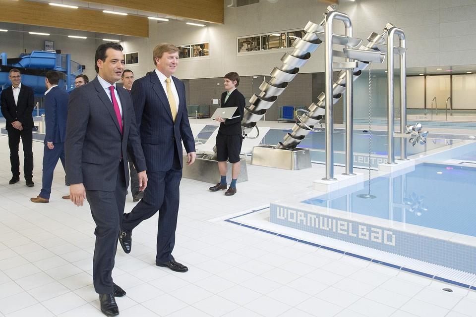 Adam Elzakalai met koning Willem-Alexander bij de opening van het naar hem genoemde sportcomplex in Hoofddorp.