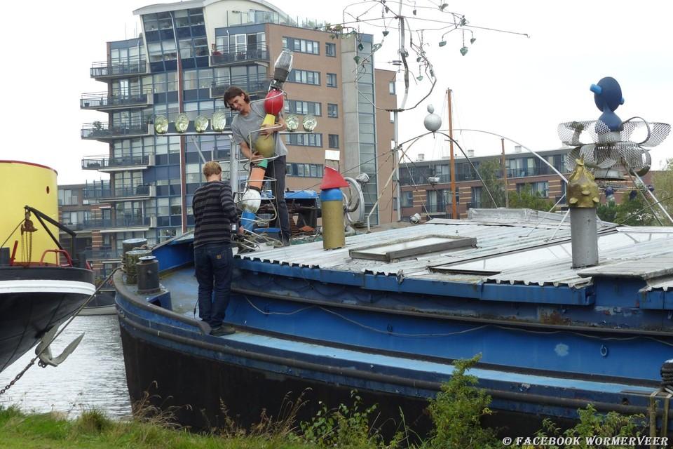 Gekleurde kunstwerken worden van het schip gehaald.